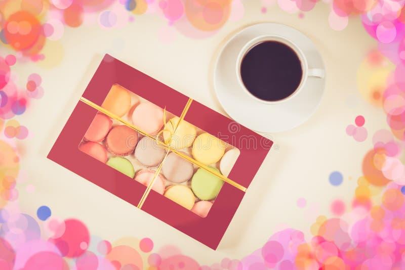 Maccheroni variopinti in contenitore di regalo e tazza di caffè bianca fotografia stock libera da diritti
