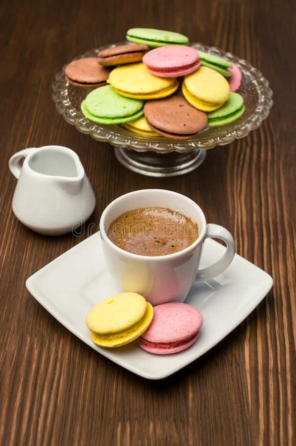 Maccheroni variopinti e tazza con caffè immagine stock