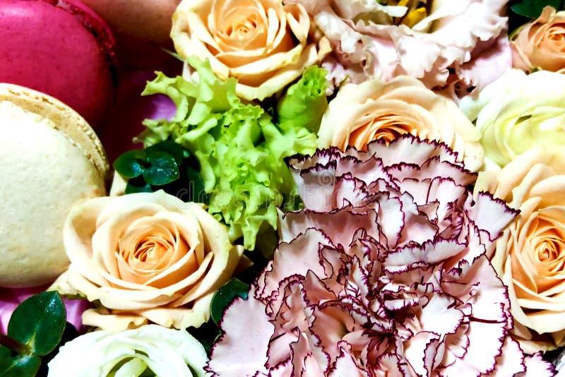 Maccheroni variopinti Macarons dolci in una scatola con i fiori Vista superiore, concetto di festa fotografia stock libera da diritti
