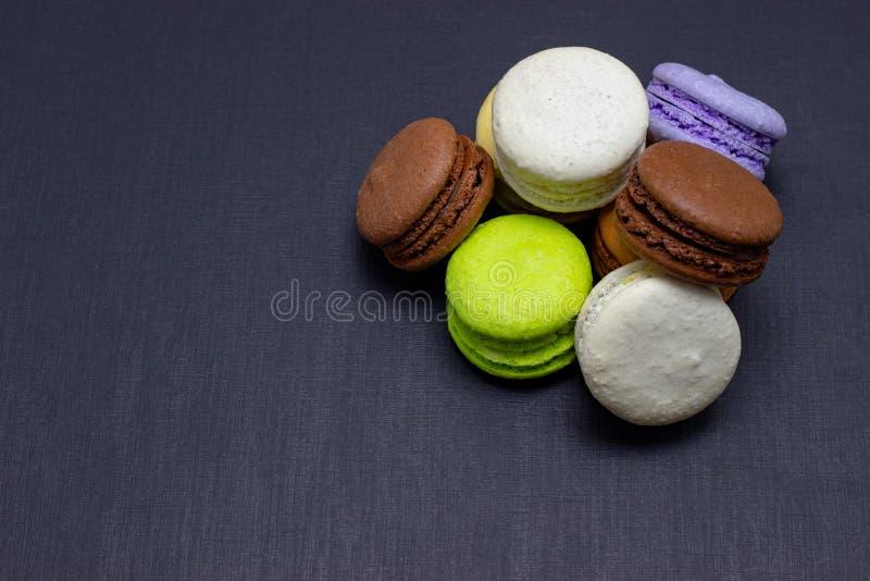 Maccheroni variopinti o dolce dei maccheroni su un fondo scuro Una squisitezza dolce francese fotografia stock