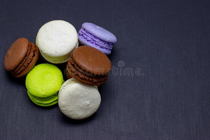 Maccheroni variopinti o dolce dei maccheroni su un fondo scuro Una squisitezza dolce francese immagine stock