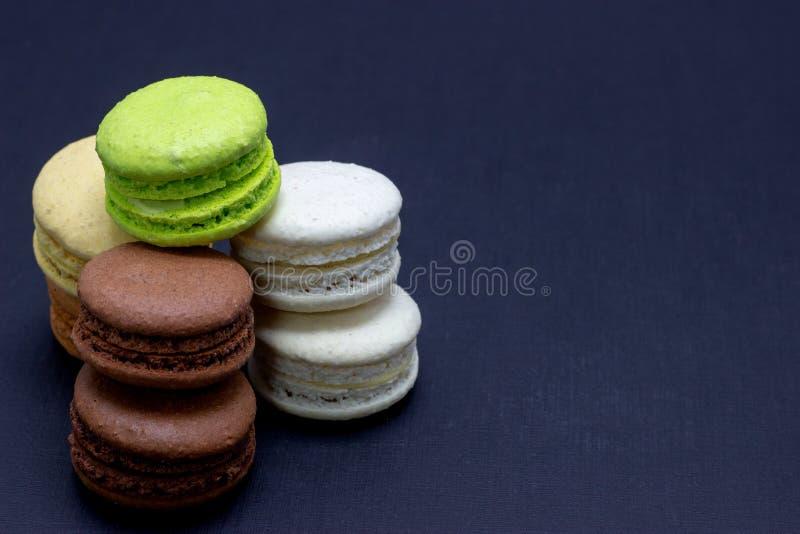 Maccheroni variopinti o dolce dei maccheroni su un fondo scuro Una squisitezza dolce francese fotografia stock libera da diritti
