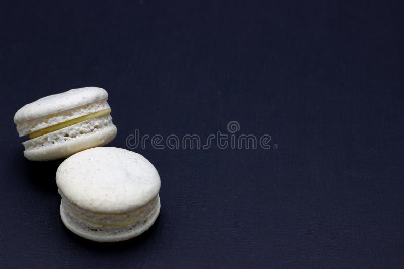 Maccheroni variopinti o dolce dei maccheroni su un fondo scuro Una squisitezza dolce francese fotografie stock