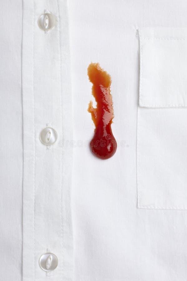 Macchia di Ketchap sulla camicia bianca immagine stock libera da diritti