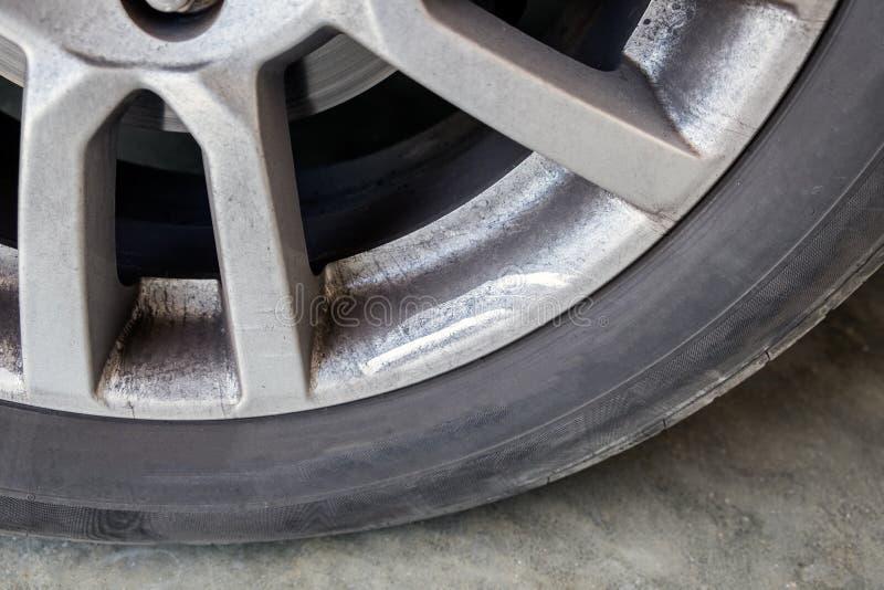 Macchia di olio della sporcizia della gomma di automobile della ruota della lega immagine stock libera da diritti
