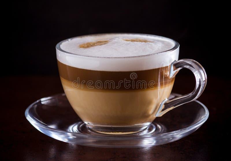 Macchiato καφέ latte σε ένα μαύρο υπόβαθρο στοκ εικόνες