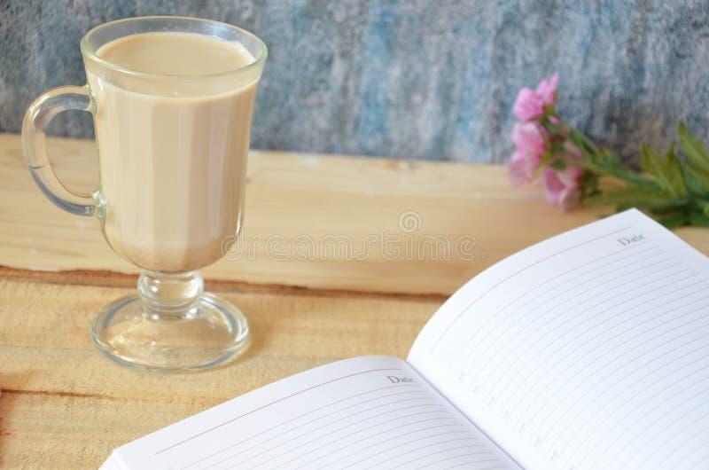 Macchiato del latte del caffè con crema in vetri sul fondo della finestra, DOF basso fotografie stock libere da diritti