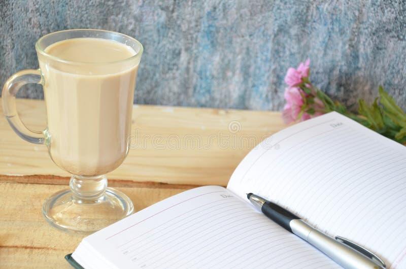 Macchiato latte кофе с сливк в стеклах на предпосылке окна, отмелом DOF стоковые изображения rf