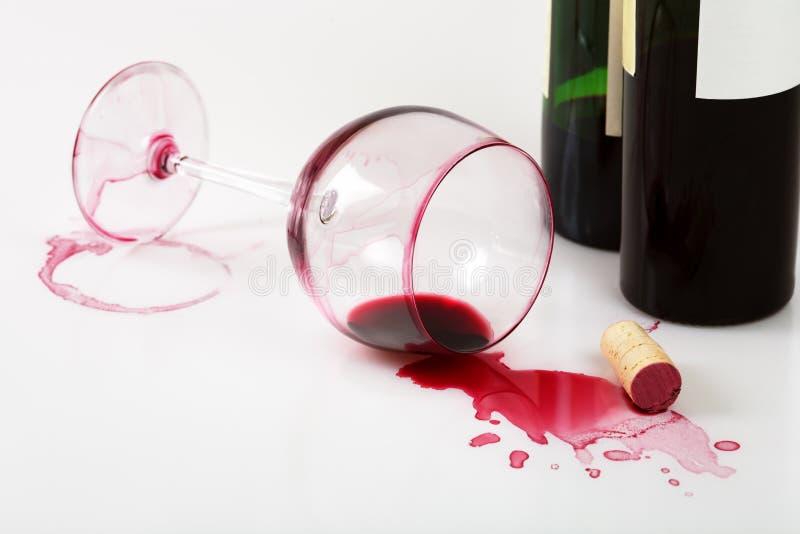 Macchie capovolte del vino e di vetro fotografia stock