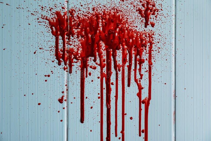 Macchie di sangue sulla parete leggera immagine stock