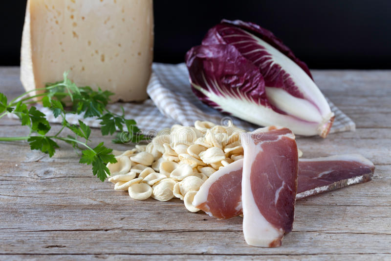 Macchietta e formaggio rossi della cicoria della pasta fresca di Orecchiette immagini stock