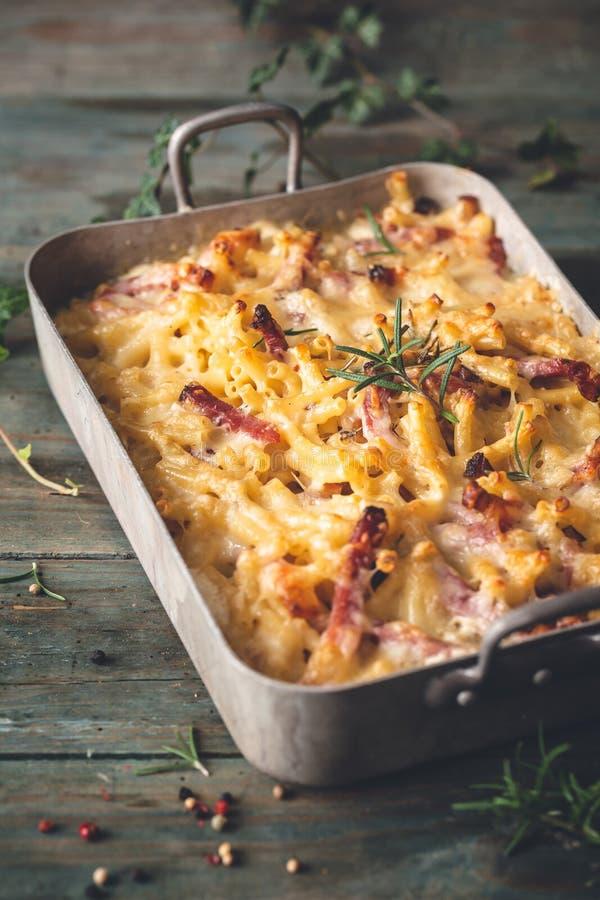 Macchietta e Rosemary Mac And Cheese Macaroni, alimento di comodit? per l'inverno fotografia stock libera da diritti