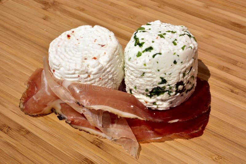 Macchietta, formaggio fresco, peperoncino rosso fotografie stock