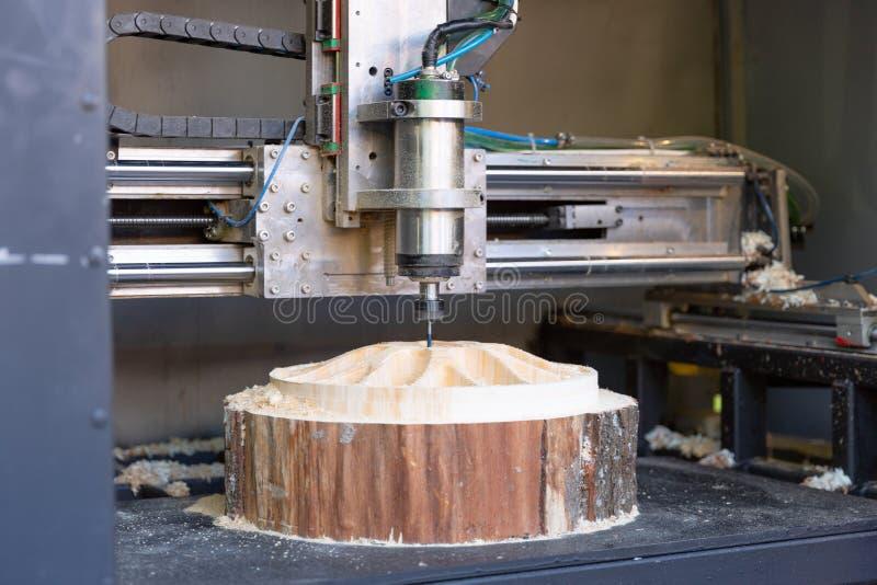 Macchina che funziona CNC, taglierina di legno meccanica fotografia stock libera da diritti
