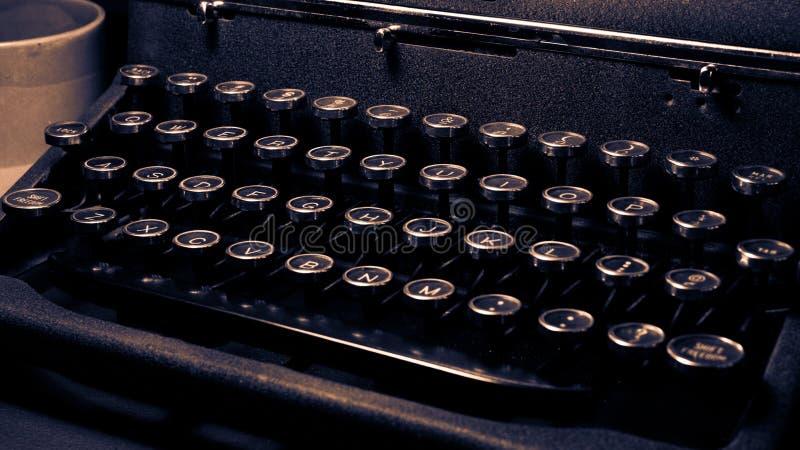 Macchina da scrivere antica e d'annata, di lusso calmo reale, primo piano della tastiera fotografie stock libere da diritti