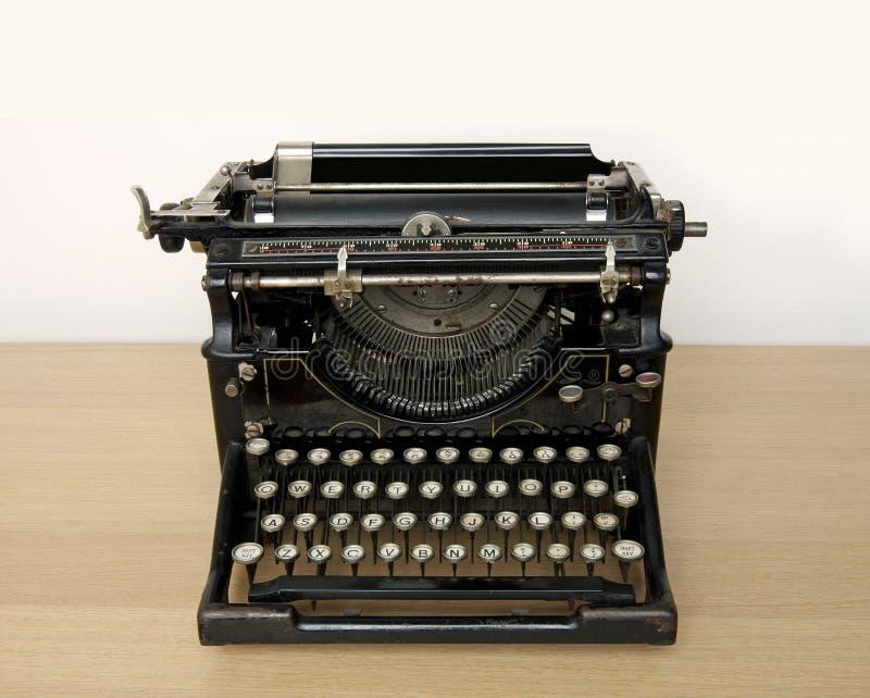 Macchina da scrivere antica su uno scrittorio di legno fotografia stock