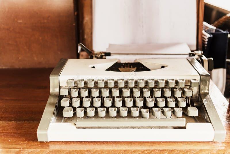 macchina da scrivere antica; vecchia macchina da scrivere sulla tavola di legno, retro filtro fotografie stock