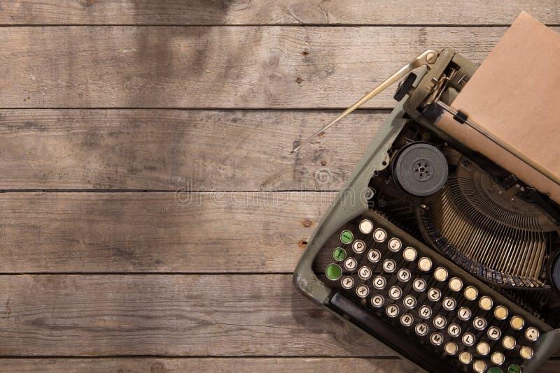 Macchina da scrivere d'annata sul vecchio scrittorio di legno immagine stock