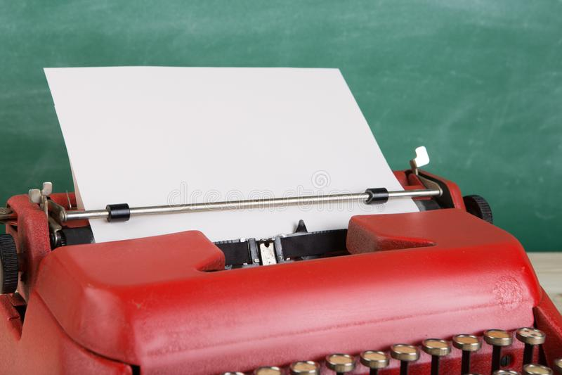 macchina da scrivere d'annata sulla tavola con carta in bianco - concetto per la scrittura, giornalismo, blogging immagini stock