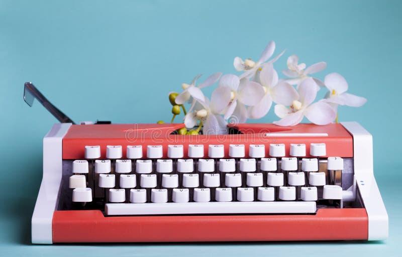 Download Macchina Da Scrivere E Fiori Fotografia Stock - Immagine di typewriter, hipster: 117979722