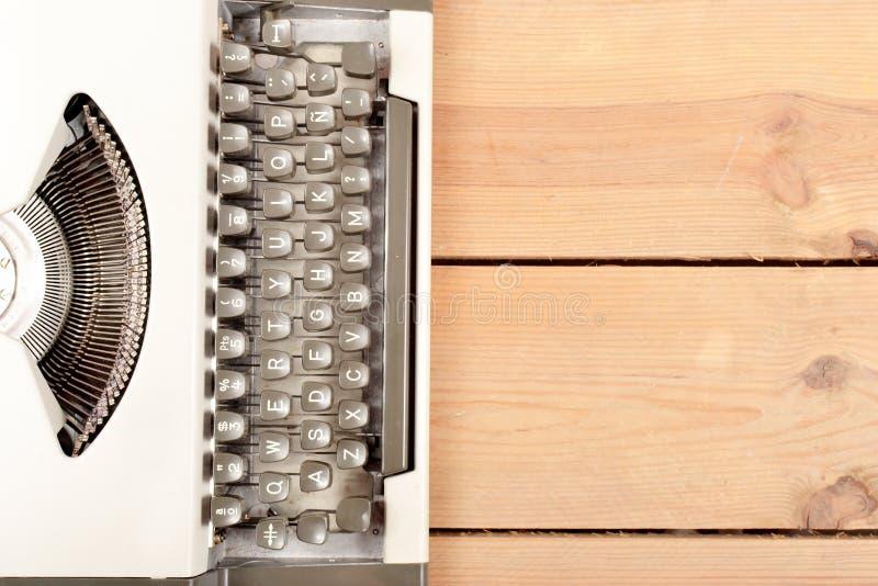 Macchina da scrivere su legno immagine stock