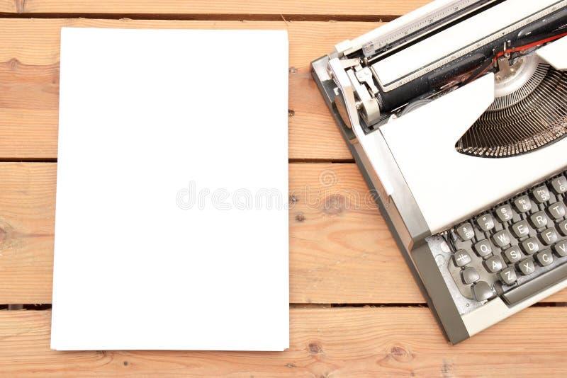 Macchina da scrivere su legno immagine stock libera da diritti