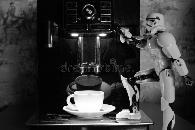 Macchina del caffè nero e un robot del giocattolo bianco immagini stock libere da diritti