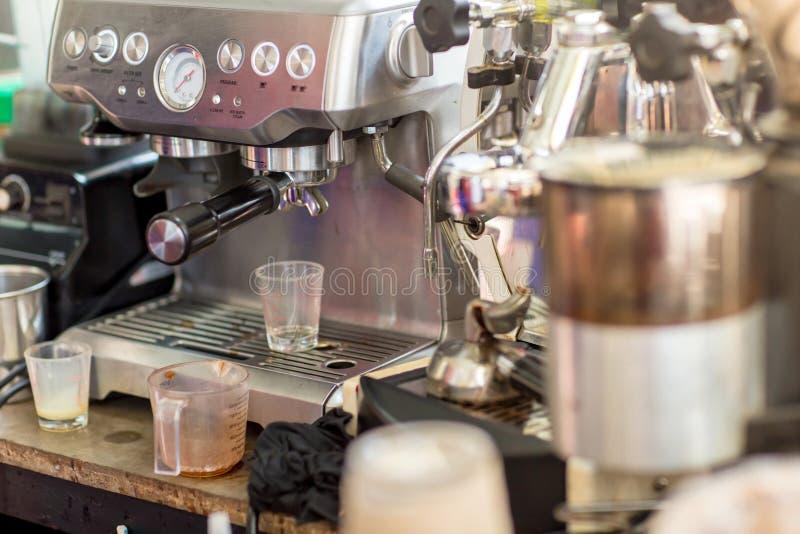 Macchina del caffè pronta a compensare una tazza di caffè espresso in caffè macchina del caffè che fa una tazza di caffè in risto fotografie stock libere da diritti