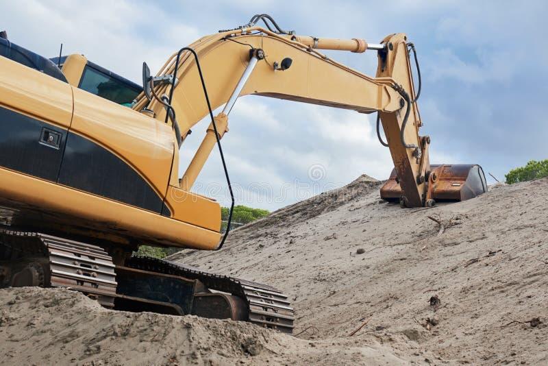 Macchina del caricatore di escavatore al cantiere fotografie stock libere da diritti