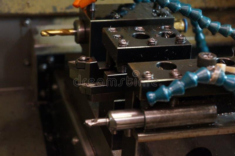 Macchina del tornio di CNC ed utensili per il taglio, inserzioni Ciao processo di fabbricazione di tecnologia fotografia stock libera da diritti