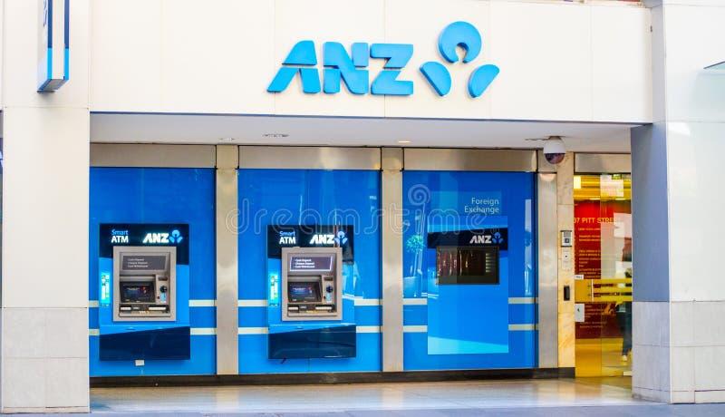 Macchina di BANCOMAT della banca del anz della Nuova Zelanda e dell'Australia davanti ad una città dell'ufficio della banca dentr fotografie stock