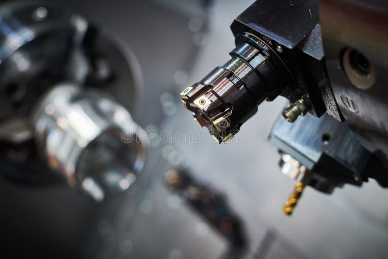 Macchina di CNC ad industria del lavoro in metallo lavorare di macinazione di fabbricazione e del metallo di precisione di multit immagine stock libera da diritti