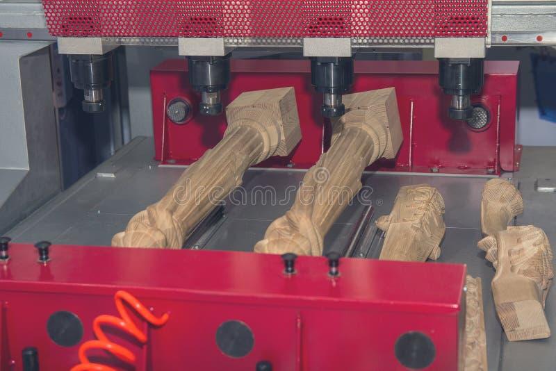 Macchina di CNC nella produzione di mobilia immagine stock