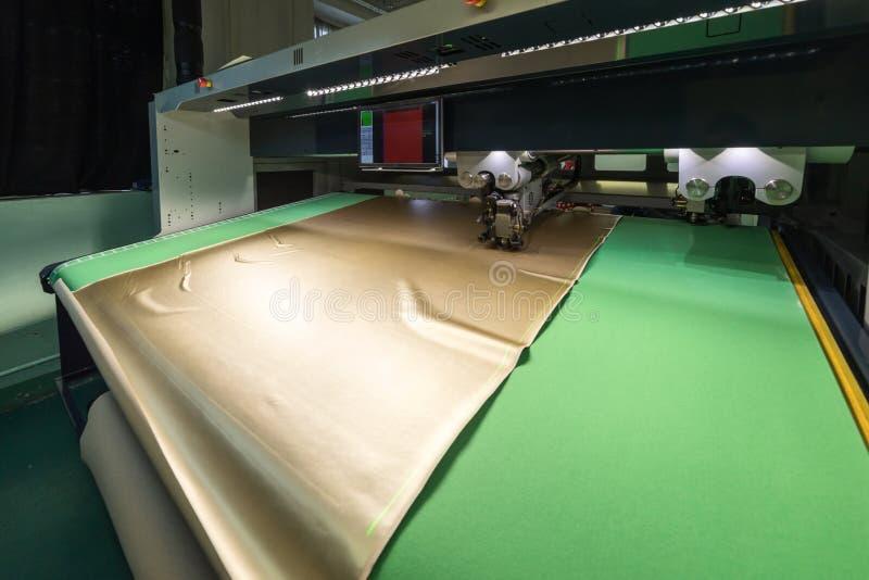 Macchina di CNC per il taglio i tessuti e del cuoio immagini stock libere da diritti