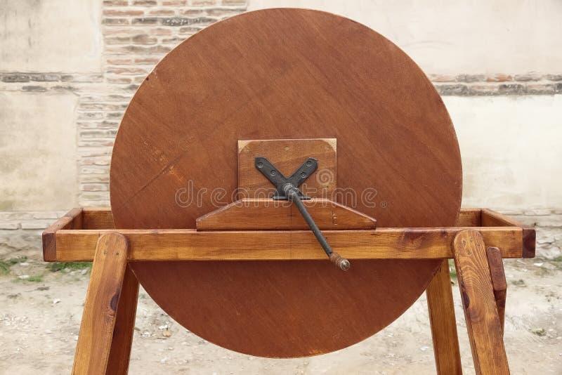 Macchina di legno antica per simulare il suono della pioggia fotografia stock libera da diritti