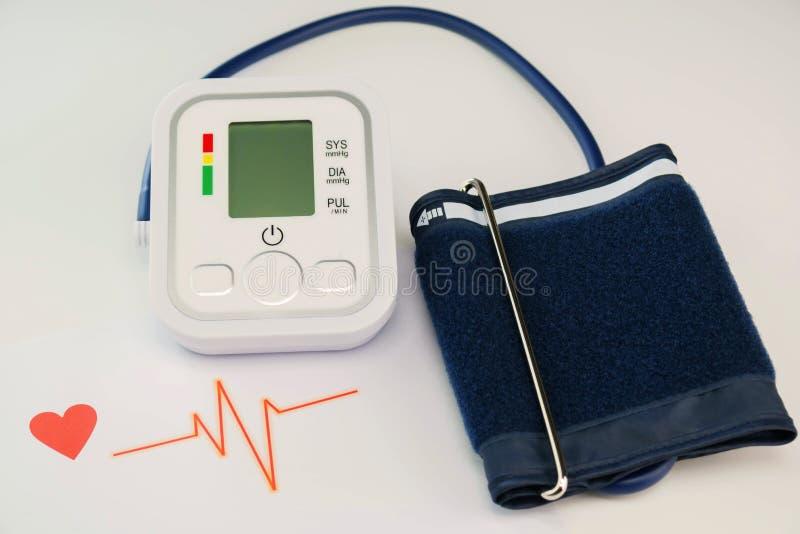 Macchina di pressione sanguigna su bianco fotografia stock libera da diritti