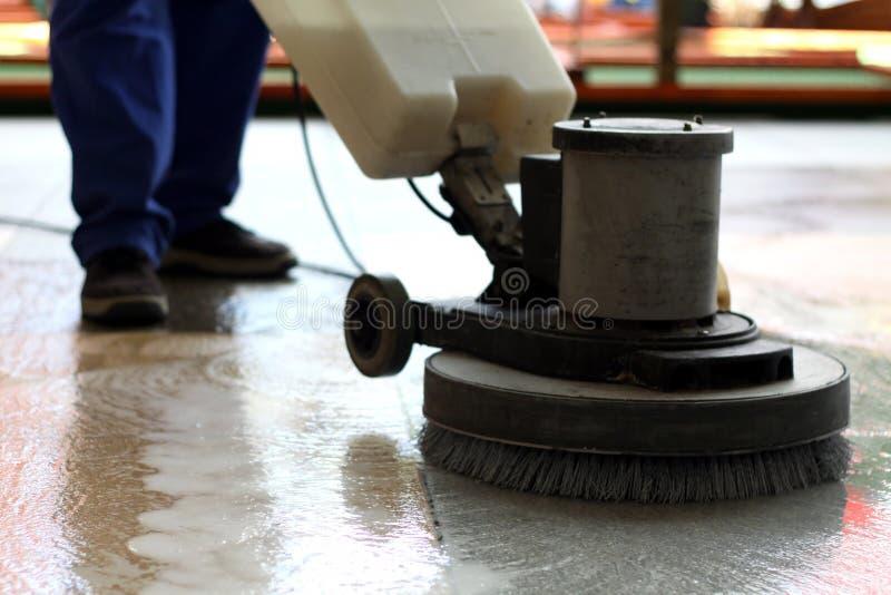 Macchina di pulizia che lava il pavimento immagini stock