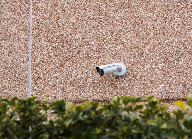 Macchina fotografica all'aperto sulla parete, spazio del CCTV della pallottola per testo Concetto - tecnologia e sicurezza immagine stock