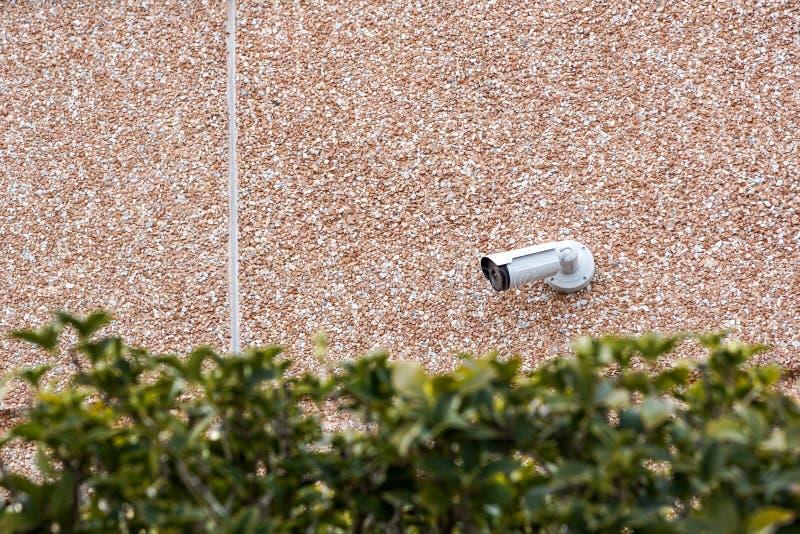 Macchina fotografica all'aperto sulla parete, spazio del CCTV della pallottola per testo Concetto - tecnologia e sicurezza fotografie stock libere da diritti