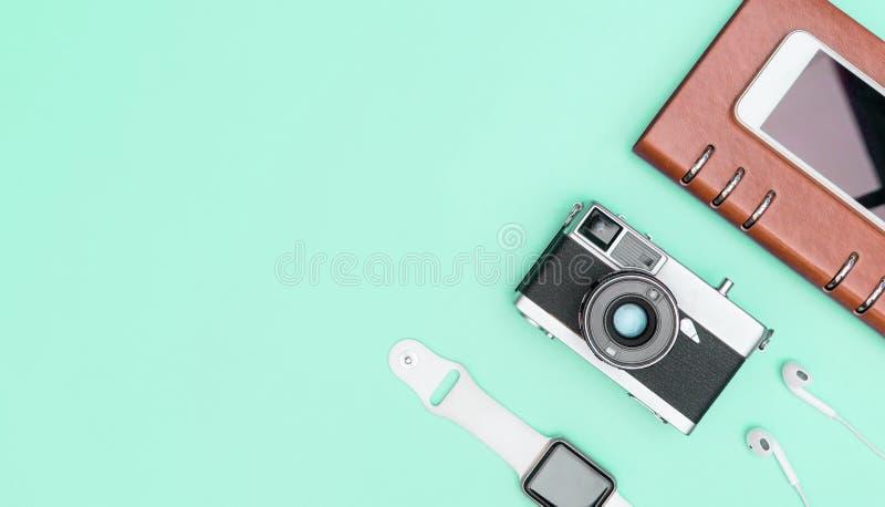 Macchina fotografica con il trasduttore auricolare astuto dell'orologio sull'insieme dell'aggeggio dell'alzavola immagini stock