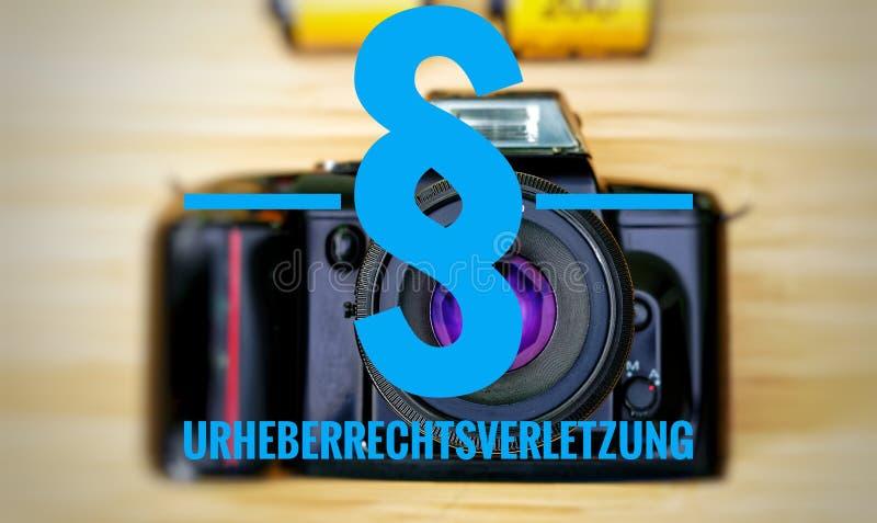 Macchina fotografica con in tedesco Urheberrechtsverletzung nella violazione dei diritti di autore inglese fotografia stock