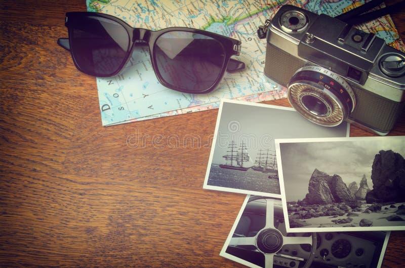 Macchina fotografica d'annata e mappa fotografie stock libere da diritti