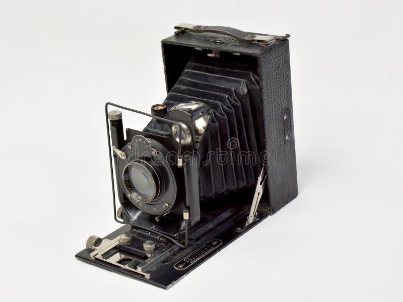 Macchina fotografica d'annata nel nero su un fondo bianco fotografie stock