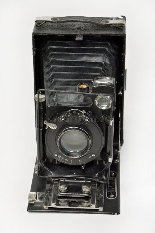 Macchina fotografica d'annata nel nero su un fondo bianco fotografia stock libera da diritti