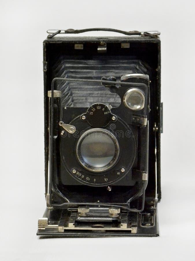 Macchina fotografica d'annata nel nero su un fondo bianco fotografia stock