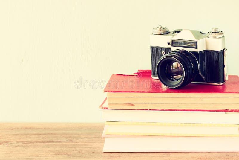 Macchina fotografica d'annata sui vecchi libri. effetto d'annata fotografia stock libera da diritti