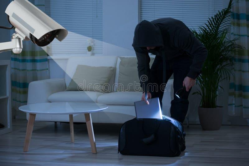 Macchina fotografica del CCTV che mostra uno scassinatore In House fotografie stock libere da diritti