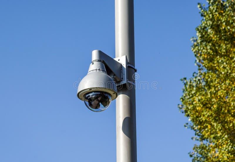Macchina fotografica del CCTV di sicurezza nell'edificio per uffici immagini stock libere da diritti