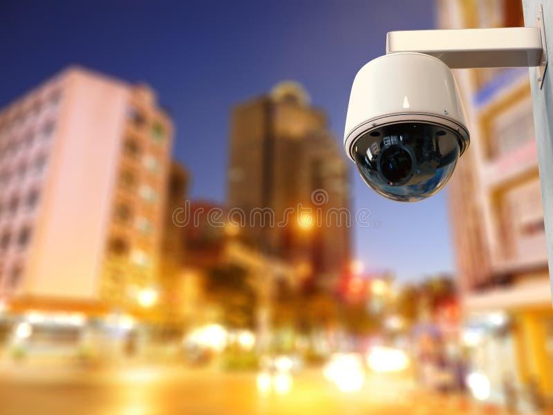 Macchina fotografica del cctv o della videocamera di sicurezza con il fondo di paesaggio urbano fotografia stock libera da diritti