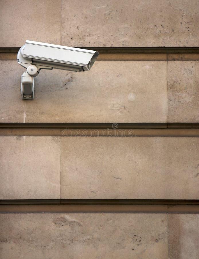 Macchina fotografica del CCTV sulla parete pietra-placcata fotografie stock libere da diritti
